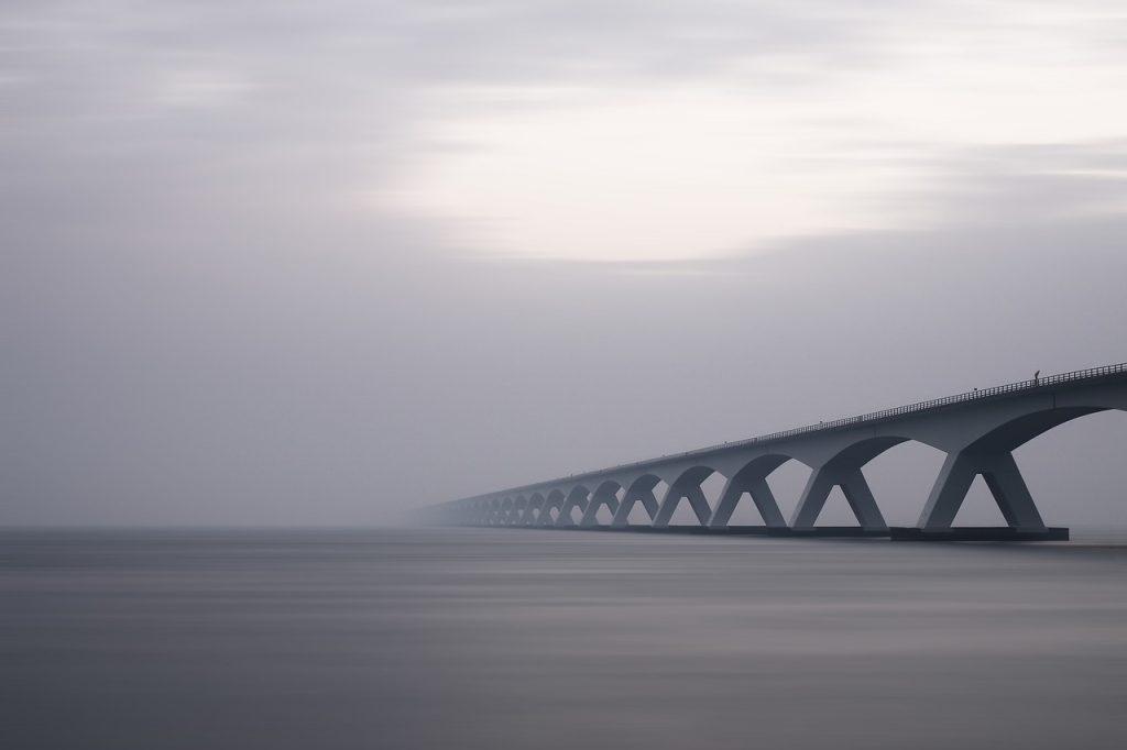 most zbudowany z betonu zawierającego dodatki i domieszki